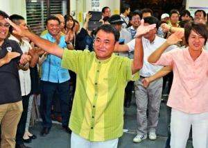 豊見城市長選:再選に歓喜「政策広く周知」