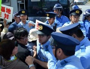 県警が反対派強制排除 シュワブゲート前