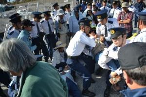 辺野古新基地:沖縄県警、抗議の市民らを排除