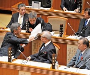 沖縄県議会:普天間問題 知事積極答弁 内容は慎重