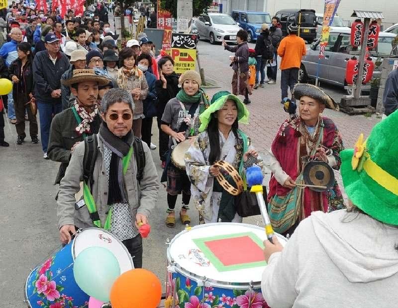 「怒りの御万人(うまんちゅ)大行動」で、楽器を演奏し、平和を訴えるデモ行進参加者=23日午後1時45分、宜野湾市大山