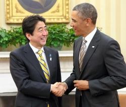 会談を終え、握手を交わす安倍首相と米オバマ大統領=22日、ワシントン(代表撮影)