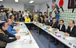 辺野古移設容認を役員に一任した、自民県連の議員総会=県議会