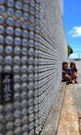 アルミ缶外壁・塀に1万4000個 浦添の上間さん宅