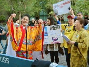 22日、ニューヨークの国連本部前で、沖縄の米軍普天間飛行場の県内移設計画反対を訴える集会の参加者(共同)