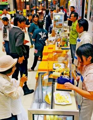 古宇利島産のカボチャを使ったロールケーキなどのスイーツも人気=3日、那覇市久茂地・タイムスビル(田嶋正雄撮影)
