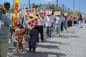 ゲート前で抗議の声を上げる人たち=8日午前11時5分、名護市辺野古