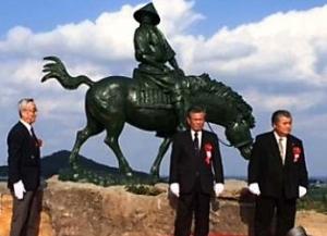 来年生誕600年 伊是名で「尚円王乗馬像」建立