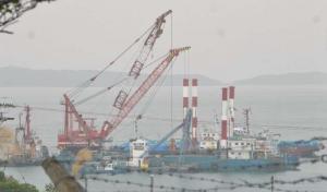 スパット台船やクレーンを使った作業が進むキャンプ・シュワブ沿岸=27日午前、名護市辺野古
