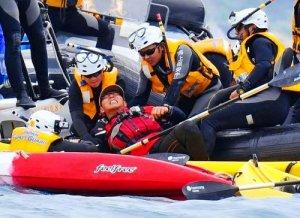カヌーの男性を、海保のボートに乗せようとする海上保安官=21日午前9時39分、名護市辺野古(伊藤桃子撮影)