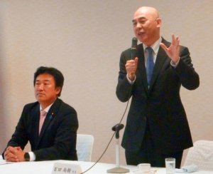 「文化芸術懇話会」の初会合で講演する作家の百田尚樹氏(右)=25日午後、自民党本部