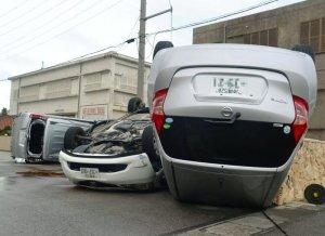 強風によって横転し、大破したレンタカー=午前7時半ごろ、石垣市新川(比嘉太一撮影)