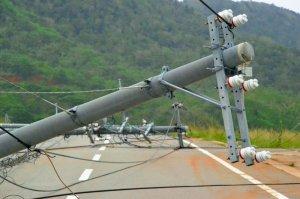 強風によってなぎ倒された電柱=午後1時半ごろ、石垣市伊原間(比嘉太一撮影)