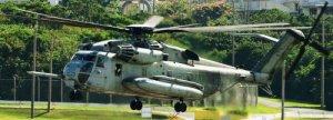 普天間飛行場でホバリングする米海兵隊のCH53E大型輸送ヘリ=2008年12月4日、沖縄県宜野湾市の同飛行場
