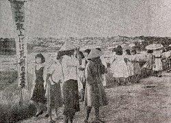 米軍の強制収用で家を失った伊佐浜区民、不安げに立ち尽くす=1955年7月、宜野湾村伊佐浜