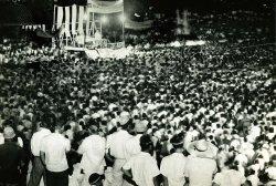軍用地料の一括払いを促す「プライス勧告」に反対する住民たちが開いた「四原則貫徹住民大会」は、那覇とコザ2会場で約15万人が結集した=1956年6月25日、那覇高校