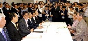 米軍普天間飛行場移設問題をめぐる集中協議の最終会合で、安倍首相(左から3人目)ら政府側と会談する翁長知事(右手前)=7日午後、首相官邸