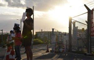 早朝の抗議行動が再開され、米軍キャンプ・シュワブゲート前で抗議の声を上げる市民ら=10日午前6時48分、名護市辺野古