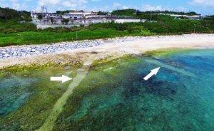 海自沖縄海洋観測所(上)から、海中に延びる潜水艦音響監視システムとみられる2本のケーブル=8日、うるま市(小型無人機から)