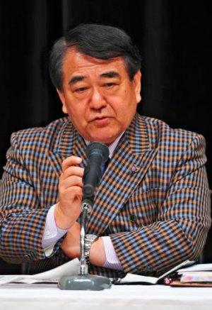 沖縄の取りまく問題について講演する寺島実郎氏=9日午後、パレット市民劇場