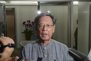 14日にも埋め立て承認を取り消す意向を示した翁長雄志知事=11日午後7時ごろ、県庁