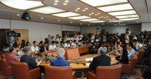 承認取り消しを表明する翁長雄志知事の会見には大勢の取材陣が詰め掛けた=14日午前10時8分、県庁