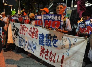 官邸前で新基地建設に反対の声を上げる市民ら=15日、東京・永田町