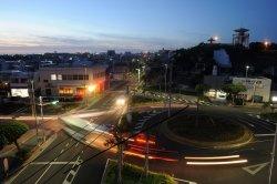 信号機のない「ラウンドアバウト」と呼ばれるドーナツ型の交差点に移行する糸満ロータリー=2015年6月11日午後7時50分ごろ