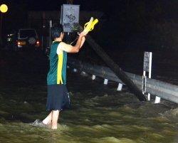 浸水した北谷町吉原の白比川沿いの道路=2013年5月15日午後10時ごろ