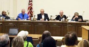 「沖縄の人々を支援する決議」を全会一致で可決した米バークレー市議会。ベイツ市長(右から2人目)
