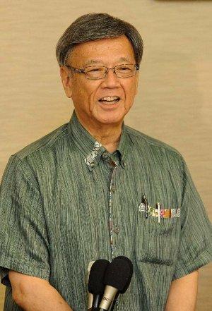 国連人権理事会での演説に向けて会見する翁長雄志知事=19日午前9時すぎ、那覇空港