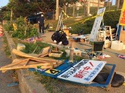 壊された座り込みテントの鑑識活動をする警察官=9月20日午前6時50分頃、米軍キャンプ・シュワブのゲート前