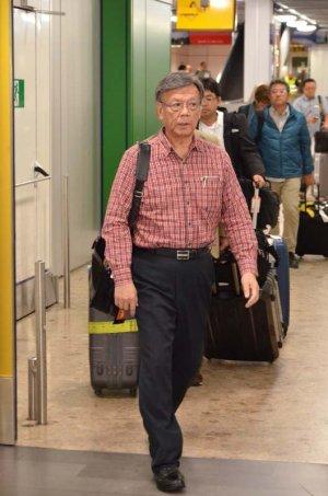 国連演説のため、ジュネーブに到着した翁長雄志知事=20日、スイス・ジュネーブ・コアントラン国際空港