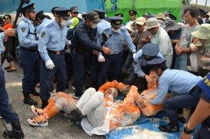 県警機動隊が、座り込む市民を強制排除した=21日午前7時、キャンプ・シュワブゲート前