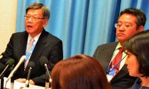 内外のメディアと会見し、基地問題について考えを述べる翁長雄志知事(左)=スイス・ジュネーブの国連欧州本部