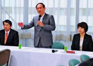 会合の冒頭、沖縄の基地負担軽減の必要性を強調する菅義偉官房長官(中央)=24日、東京・永田町の自民党本部