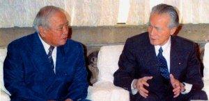 代理署名をめぐって会談した村山元首相(右)と大田元知事=1995年11月24日、首相官邸