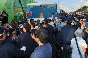 工事関係車両を止めようとする市民らと、県警機動隊がもみ合う=2日午前7時すぎ、名護市のキャンプ・シュワブ前