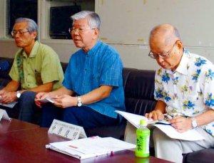 米軍機の飛行中止を求める(左から)沖縄国際大の大城保学長、琉大の大城肇学長、沖縄キリスト教学院大の中原俊昭学長=県庁