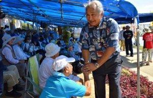 座り込みテントに激励に訪れたハワイ州議会のギルバート・カヘレ上院議員=5日午前10時35分、名護市辺野古の米軍キャンプ・シュワブゲート前