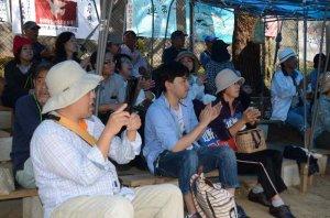 抗議集会に参加した新基地建設に反対する市民ら=11日午前11時半ごろ、名護市辺野古
