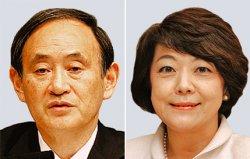 (左から)菅義偉官房長官、島尻安伊子沖縄担当相