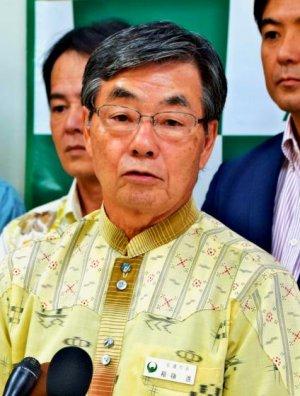 翁長知事の埋め立て承認取り消しを「全面的に支持する」と述べた稲嶺市長=13日正午ごろ、名護市役所