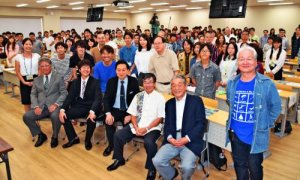 学生と交流した稲嶺市長(前列左から4人目)や鳩山さん(同3人目)らトークセッションの登壇者=16日、名護市・名桜大学