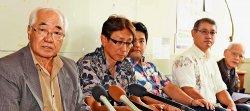 提訴後に会見する原告団長の平安座唯雄さん(左端)=20日午後、沖縄県庁記者クラブ