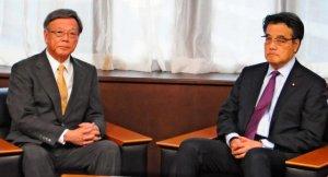 民主党の岡田克也代表(右)と会談する翁長雄志知事=20日、東京永田町の民主党本部