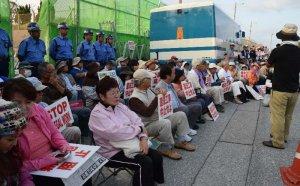 米軍キャンプ・シュワブゲート前に座り込む人たち=28日、名護市辺野古