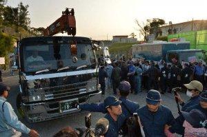 市民の抗議の中、キャンプ・シュワブに入る工事車両=29日午前7時21分、名護市辺野古