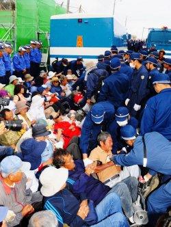 キャンプ・シュワブゲート前に座り込む市民らを排除する警察官ら=4日午前7時1分、名護市辺野古