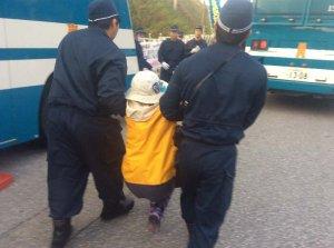 工事車両の進入を阻止しようとして機動隊に排除される市民=6日午前7時ごろ、名護市辺野古
